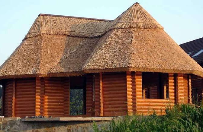 Соломенная крыша: в чем ее преимущества