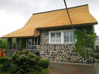 Головний секрет очеретяного даху: чому він не протікає і не псується?