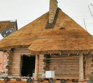 монтаж экологически чистой соломенной крыши