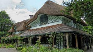 Монтаж екологічно чистого очеретяного даху